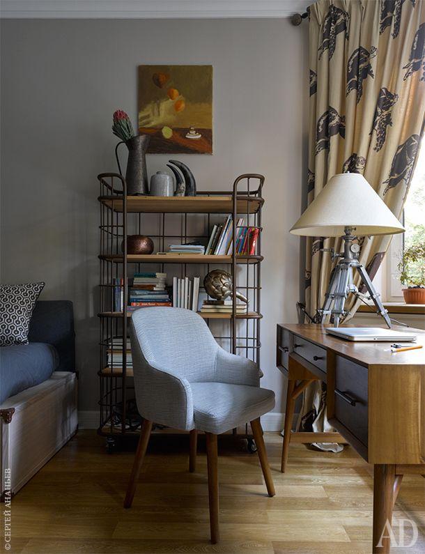 Фрагмент детской с библиотекой. Стеллаж Arthunter. Стол и стул Westelm. Настольная лампа Restoration hardware.