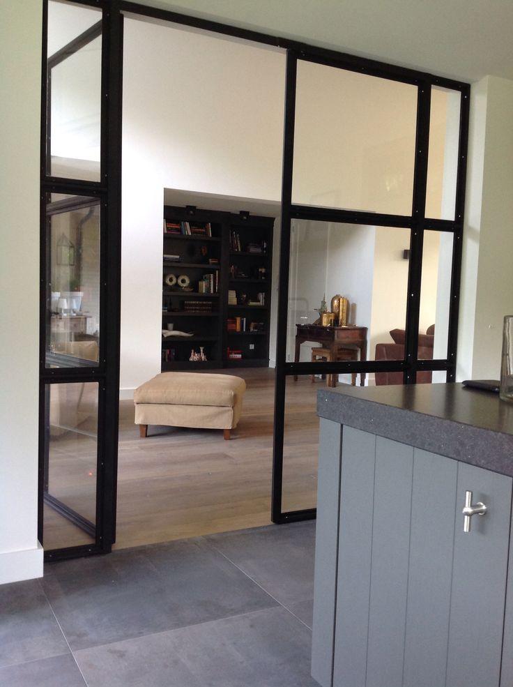 Stalen deuren tussen keuken en woonkamer.