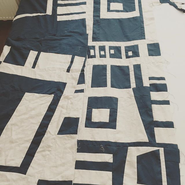 Working on the modern quilt.#patchwork#patchworkquilt#modernquilt #quilts #quiltsforsale #quiltmurah #handmade#homemade#bedding#navyblue #navy