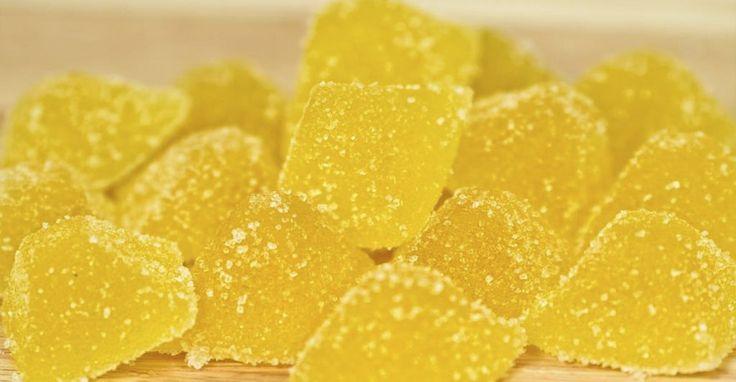 Домашний мармелад из лимона,Желатин залить 50 миллилитрами воды и дать время настояться. Лимон нам нужен без цедры. Лимоны нарезать, поместить в блендер и измельчить. В кастрюлю залить 150 миллилитров воды с сахаром и измельченным лимоном. Проварить массу минут 10 и процедить через сито. Соединить желатин с процеженной лимонной массой, проварить минут 5 и залить в формочку. Остывшую массу поместить в формочке на пару часов в холодильник. Массу нарезаем и обмакиваем в сахар. Подаем в вазочке…