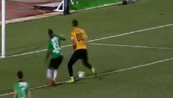 Algierski bramkarz oszukał rywala w stylu Zidane'a • Malik Asselah zrobił ruletę w trakcie meczu • Niesamowity trik bramkarza >> #football #soccer #sports #pilkanozna