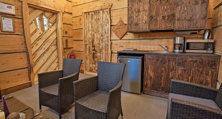 TähtiSavu-savusauna. Saunatuvan varusteluna on jääkaappi, mikro, veden- ja kahvinkeitin sekä kahviastiasto 20 henkilölle. Tarvittaessa Rokua Health & Spa Hotellin ravintolasta voi tilata pientä naposteltavaa savusaunalle. Sauna sijaitsee noin 300 metrin päässä kylpylähotellistamme, aivan Rokua Geoparkin ytimessä. Smokesauna, Finland.