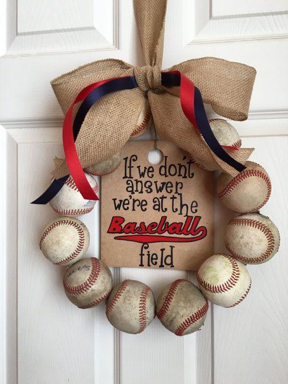 Esta corona de béisbol único es perfecta para una familia de béisbol. Se hace con 12 pelotas de cuero (no sintéticos) que se han jugado con y utiliza, para conseguir ese aspecto rústico perfecto. Una cinta de arpillera arco, rojo y azul marino azul y madera pintados a mano signo (no etiquetas) está incluido. El signo es reversible, con una pizarra en la parte de atrás. El cartel dice: Si no contesta estamos en el campo de béisbol. La inscripción está pintada en azul marino y rojo, pero se…