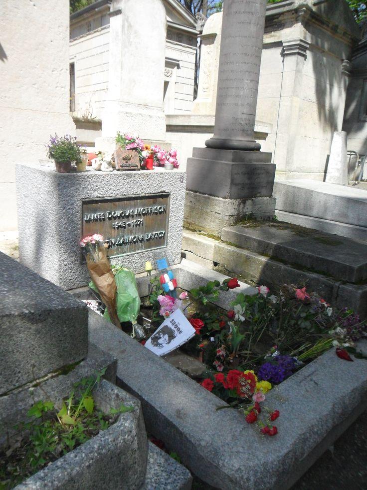 La pierre tombale de Jim Morrisson, le chanteur de The Doors, dans le cimetière Père Lachaise à Paris.