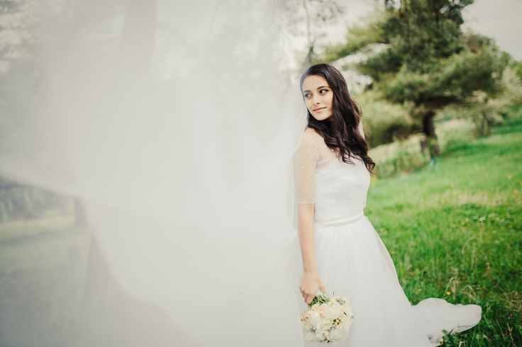 Wedding photography idea with long tulle veil