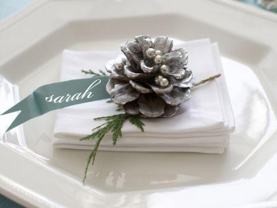 tischdeko winterliche atmosphäre tannenzapfen perlen tischkarte
