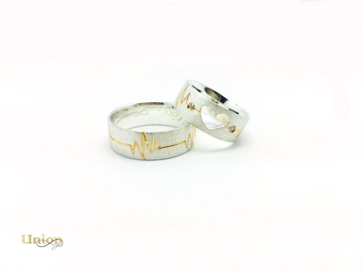 Aliança de Prata 950 trabalho de coração vazado 2 pedras de zirconias e banho de ouro no batimento cardíaco.