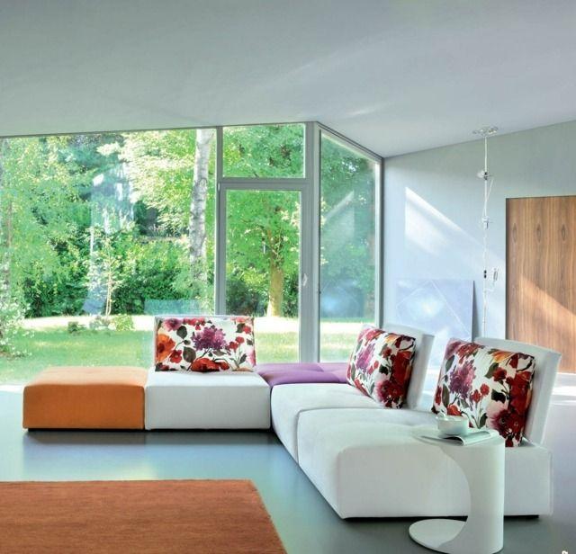 un canapé d'angle blanc à motifs floraux dans le salon élégant