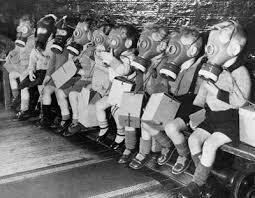 Un grupo de niños a la escuela con sus máscaras de gas, II Guerra Mundial
