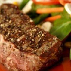 Esta riquísima receta de filete Rib-Eye a la pimienta con una reducción balsámica es muy sencilla de preparar, la recomiendo mucho para una comida familiar en domingo o para una cena formal con tus invitados.
