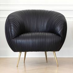 9 Incredible Modern Chairs Loved By Top Interior Designers / designer chairs,famous interior designers,bedroom chairs, #velvetchairs #diningchairs #designerchairs    Discover more: http://brabbu.com/