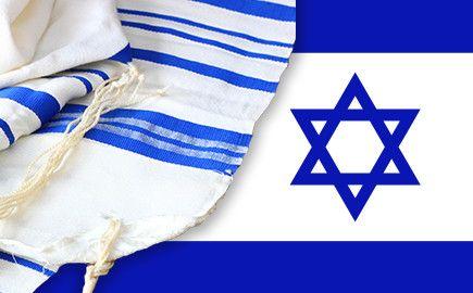 """Las 2 líneas de la bandera simbolizan la protección del pueblo judío, como el talit, טלית (cobertura) manto de oraciones que se ponen sobre la cabeza los judíos.La estrella (magen David - מגן דוד -) que significa el """"escudo de David"""", tiene al menos mil años. Usado por los judíos en la Praga medieval,fue elegido como el símbolo central de una bandera en el Primer Congreso Sionista de 1897."""