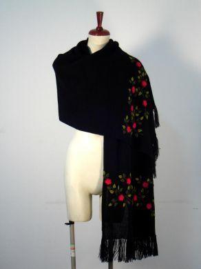 Schwarzer Schal mit #Tornillo #Bordados Stickereien, Alpakawolle. Ein kostbarer Schal, aufwändig mit Tornillo Bordadas Stickereien gestaltet. Eine hunderte von Jahren alte Tradition der Stickerei aus #Peru, eine aufwendige und liebevolle Handarbeit.