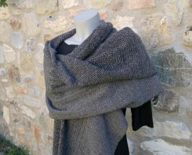 Stole in merino wool and cashmere woven by hand on traditional looms. The Warp is of merino in the colors gray-black mud, the plot in cashmere light gray color. The stole has been hand-knotted on both sides. #madeinitaly #artigianato #stola #stole