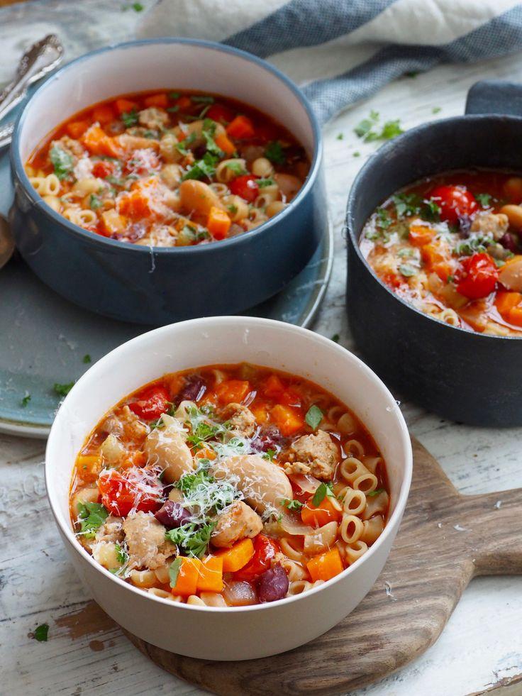 Minestronesuppe er suppen for hele familien! Mettende, billig, varmende, full av gode smaker og i denne utgaven,med pølse! Nevnte jeg at den var enkel å lage? Og at den kan fryses? Og at om du mangler en ingrediens eller to så kan du enten bruke fantasien og bruke noe annet eller bare sløyfe det? Jada, [...]Read More...