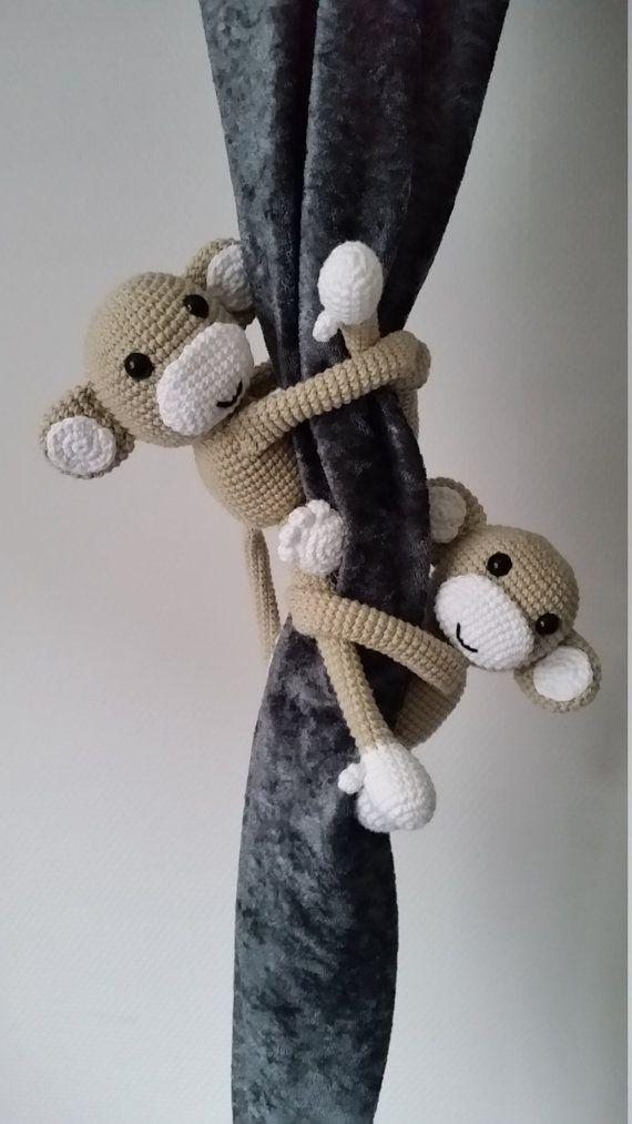 Dansk opskrift på hæklet gardin abe.  Aben er hæklet i bomuld, og måler ca. 11cm. til bagdel og 15cm med ben. Armene er ca. 20cm lange, så de kan