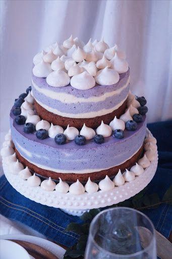 Fest eller bröllopstårta utöver det vanliga, med brownie, färskost och blåbär.