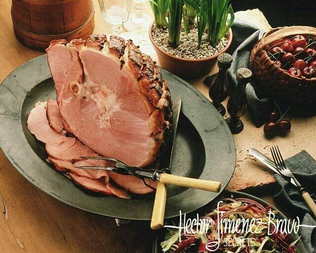 Ингредиенты: *Начинайте готовить за сутки до подачи. • 2 кг не слишком жирной мякоти свинины • 5 зубчиков чеснока • 3 ст. л. оливкового масла прямого отжима • 3 ст. л. белого сухого вина • 100 грамм темного пива + еще 100 грамм дополнительно • 1 луковица, нарезанная средним кубиком • ½ ч. л. зиры • 2 веточки розмарина • 2 ст. л. темного соевого соуса • 2 ч. л. горошин черного перца • 1 ч. л. горошин душистого перца • 2 ч. л. горошин розового перца • 1 ст. л. молотой паприки • 2 лавровых…