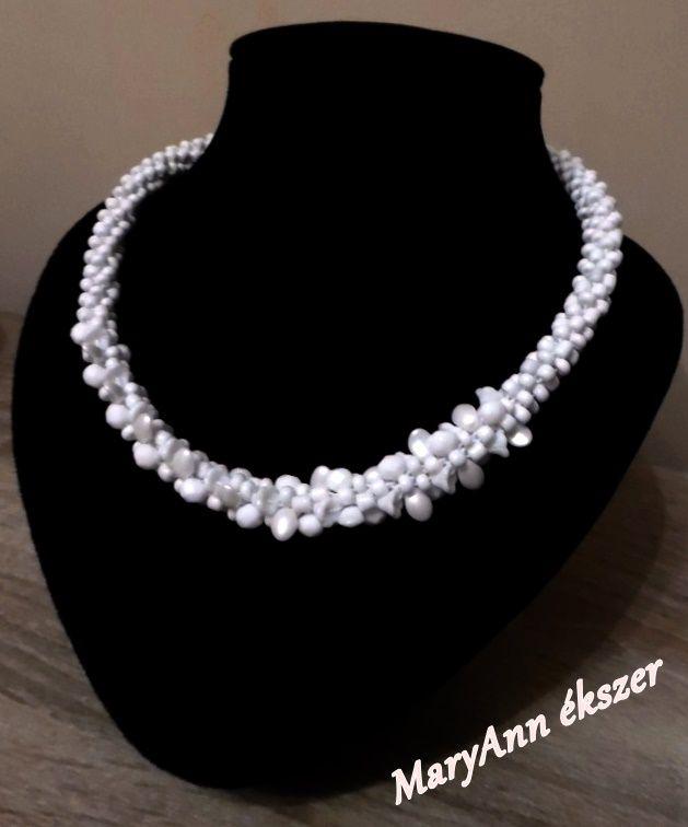 Letisztult- elegáns-szeretem :) Hófehér nyaklánc alkalmakra, ünnepekre