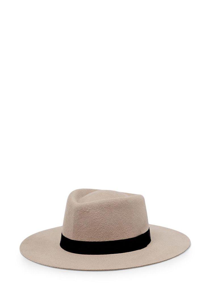 Среди актуальных в текущем сезоне головных уборов преобладают фетровые шляпы с полями на пол-лица, теплые трилби и трикотажные спортивные шапки. Основной тренд – спокойные черные, бежевые, белые, серые и коричневые расцветки с незначительными яркими акцентами.