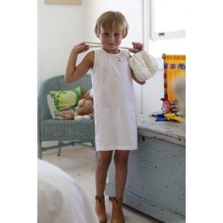 Vestido infantil Este vestido branco recorda umas férias na quinta! Os botões simples e a renda singela são o toque de magia do look de Verão, perfeito para um passeio casual ao shopping ou um jantar em família.