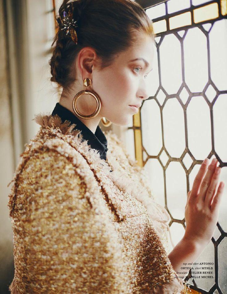 Photo prise dans l'escalier d'honneur du château de Saint-Germain-en-Laye. Extrait du reportage de mode Royal blood de la photographe Camille Richez dans le magazine Jute de décembre 2015.