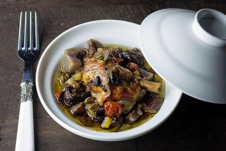 Muslos de pollo al horno con frutas secas y patas violeta. Receta fácil, sencilla y d