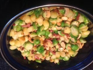 Op zoek naar een lekker recept voor roerbak gerecht met spruitjes? Maak dan eens dit gerecht met onder andere spruitjes, krieltjes en spekreepjes.