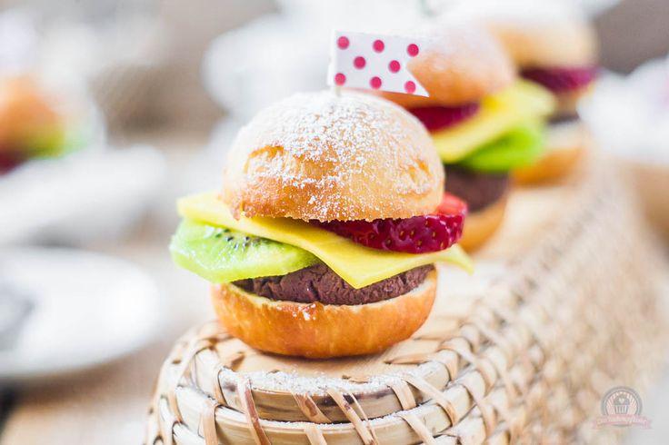 Wie wäre es mal mit Früchte Burger? Ideales süßes Fingerfood und somit eine Augenweide für jede Art an Feierlichkeit.