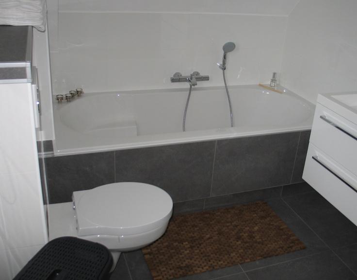 Moderne badkamer met wit sanitair ruim ligbad badkamer pinterest - Moderne badkamer met ligbad ...