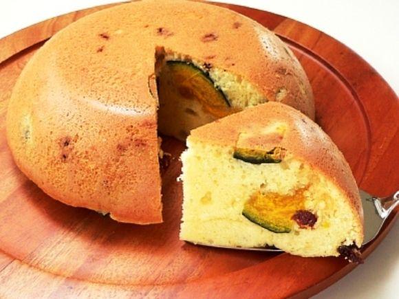 Легкий, быстрый и очень ароматный пирог из теста в мультиварке, испеченный с изюмом и кусочками манго