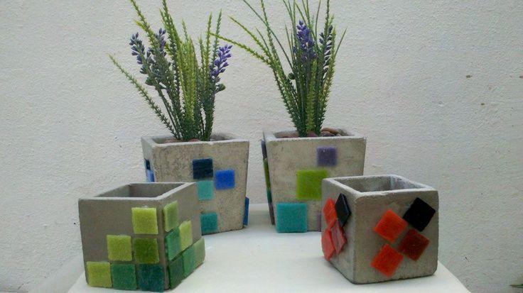 Macetas de cemento decoradas con teselas mis mosaicos y - Maceteros de cemento ...