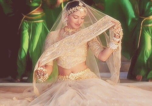 I want to look like Sonali Bendre in this song on my wedding