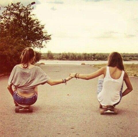Sal a la calle y hazte una foto así con tu amiga.Es una foto bastante original y que tendría miles de likes en tus redes sociales