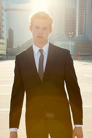 Alexander Ludwig looking mad sexxxyy in a tux ;)