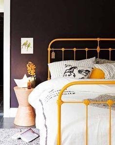 Cama de ferro pintada de amarelo, roupa de cama branca e parede da cabeceira marrom. Para admirar e inspirar - Reciclar e Decorar : decoração com ideias fáceis