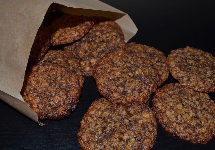 En lækker lille sprød og knasende småkage, med en tydelig smag af mørk chokolade og appelsin, der vil egne sig perfekt til eftermiddagskaffen efter en god påskefrokost. Uden sammenligning overhovedet, så minder de en lille smule om defabriksfremstillede orangeknas småkager,eller hvad det nu er de hedder! Ideen til opskriften fandt jeg inde hos Rebelsig, men …
