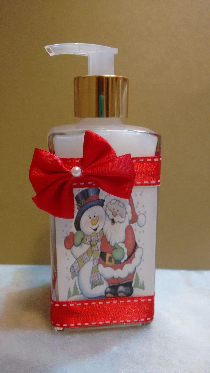 Lindo frasco decorado com tema natalino contendo sabonete líquido (350 ml), com um delicioso aroma (a sua escolha), ótima opção para presentear uma pessoa especial neste natal. <br>Temos diversas fragrâncias. <br>Acompanha saco celofane e fita.