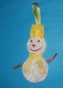 snehuliak z papierových vreckoviek http://goroshenka.ru/tvorcheskie-zanyatiya/novogodnie-podelki/112-snegovik-iz-salfetok