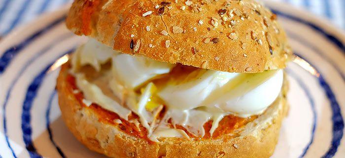 Broodje filet americain met een zachtgekookt eitje