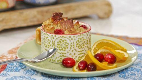 Reccette de pouding au pain extra-moelleux, au chocolat blanc et aux canneberges, tirée du livre Les recettes du kiosque de limonades : http://www.editions-trecarre.com/recettes-kiosque-limonade/marie-josee-morin/livre/9782895685999