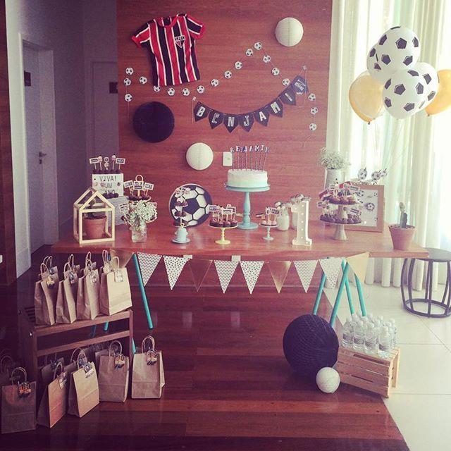 Ontem o nosso querido Ben, filho da minha irmã de coração, completou seu primeiro aninho com o tema Bolas de Futebol! Papai fez questão de participar da festa, emprestando sua camisa de infância do time do coração!!! Viva o Ben!!! Com bolo e doces da @mvdocesartesanais! . . . . . . . . . #festinhasmanuais #festainfantil #festafutebol #festabolas #festaboladefutebol #festaclean #festapocket #festadiferente #festacriativa #feitoamaocomocoracao #handmade #handmadeparty #kidspartyideas…