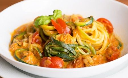 Hier finden Sie ein veganes Rezept für die Zubereitung von Zucchini-Spaghetti mit Tomaten-Basilikum-Sauce. Tomaten unterstützen den Körper bei Hautschäden.