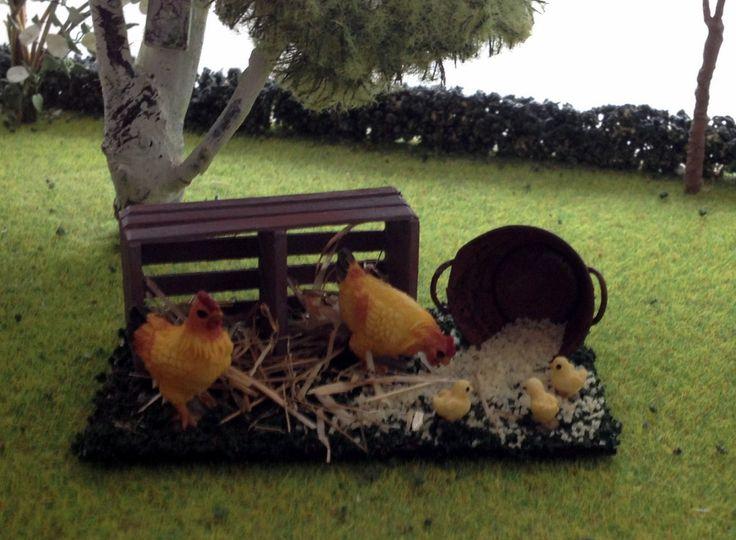 Animal miniature poulet avec caisse en bois et graines for Accessoires decoration jardin