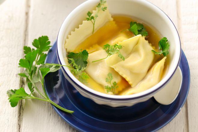 Agnolotti zijn een soort van Italiaanse ravioli. Deze zijn gevuld met wintergroenten zoals pastinaak en wortel. Ze smaken lekker af in een groentebouillon.