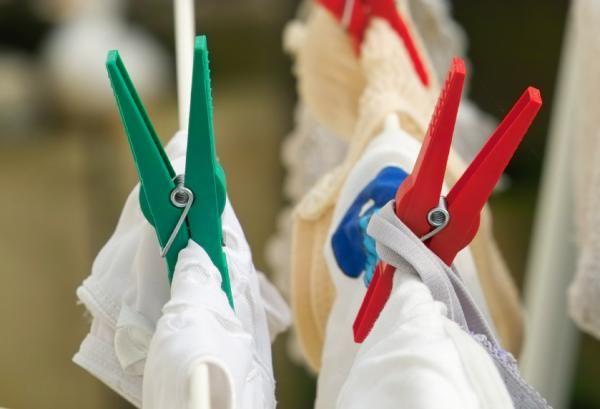 Cómo eliminar el olor a humedad de la ropa. El olor a humedad es muy desagradable, especialmente cuando este ha quedado impregnado en algunas de nuestras prendas de ropa. Esto sucede, sobre todo, en prendas que llevan mucho tiempo guardadas en ...