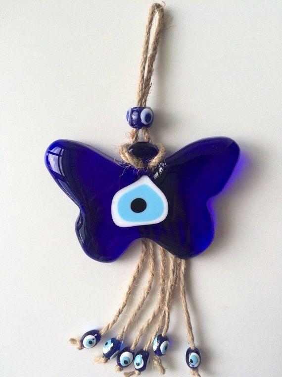 He encontrado este interesante anuncio de Etsy en https://www.etsy.com/es/listing/247516268/mal-de-ojo-colgante-macrame-mariposa