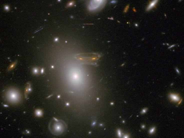 Gli alieni di Space invaders fotografati di Hubble? Anche la Nasa ci scherza su e, naturalmente, quella immortalata dal telescopio spaziale non è altro che una remota galassia a spirale, la cui luce è stata deformata dalla lente gravitazionale di un gruppo di galassie poste in asse tra
