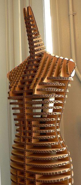 Meuble | de belles formes pour ce mannequin en carton