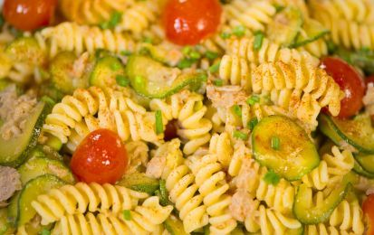 Pasta con zucchine e tonno - Ecco come preparare la pasta con tonno e zucchine per un primo piatto facile ed economico.